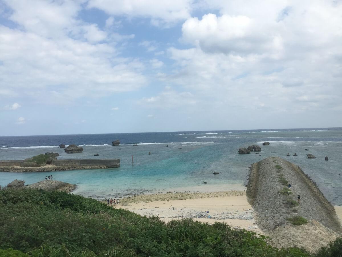 宮古島の観光地、東平安名崎の入口から海を見たところ