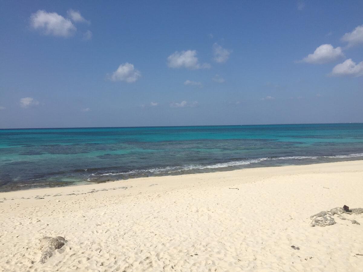 長間浜の真っ白な砂浜
