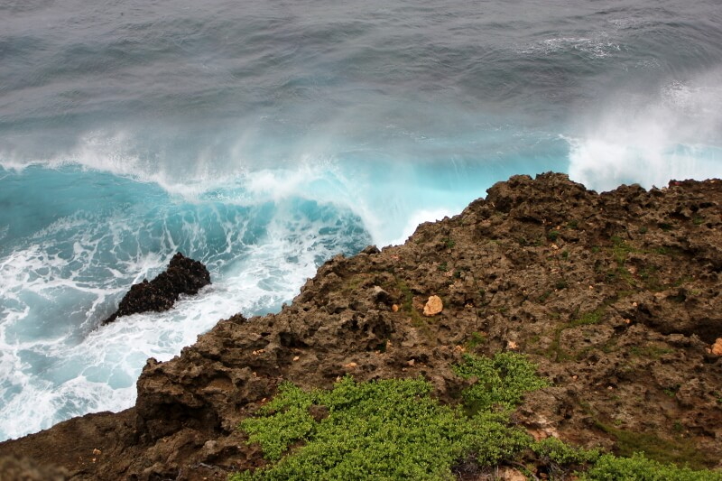 宮古島の日常風景写真-海と岩場
