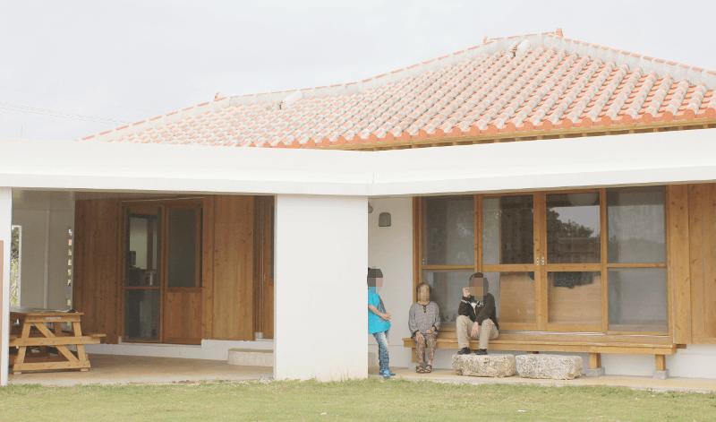 宮古島の郊外型エコハウス-の縁側で食後のひとときを楽しむ♪