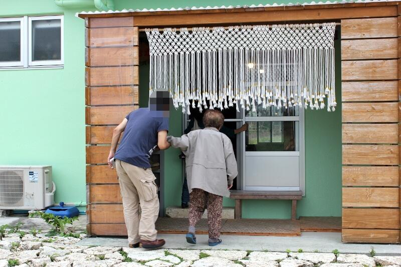 宮古島のおススメ食事屋さん、んまや〜の入口