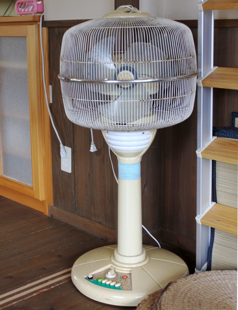 宮古島のおススメ食事屋さん、んまや〜にあった古い扇風機