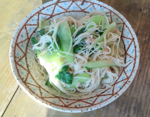 宮古島エコハウスでの朝食で食べたソーミンチャンプル