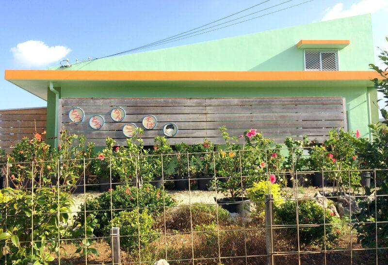 宮古島のおススメ食事屋さん、道路から見た「んまやー」の建物