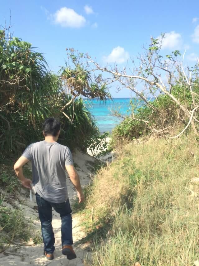 長間浜へおりる小道