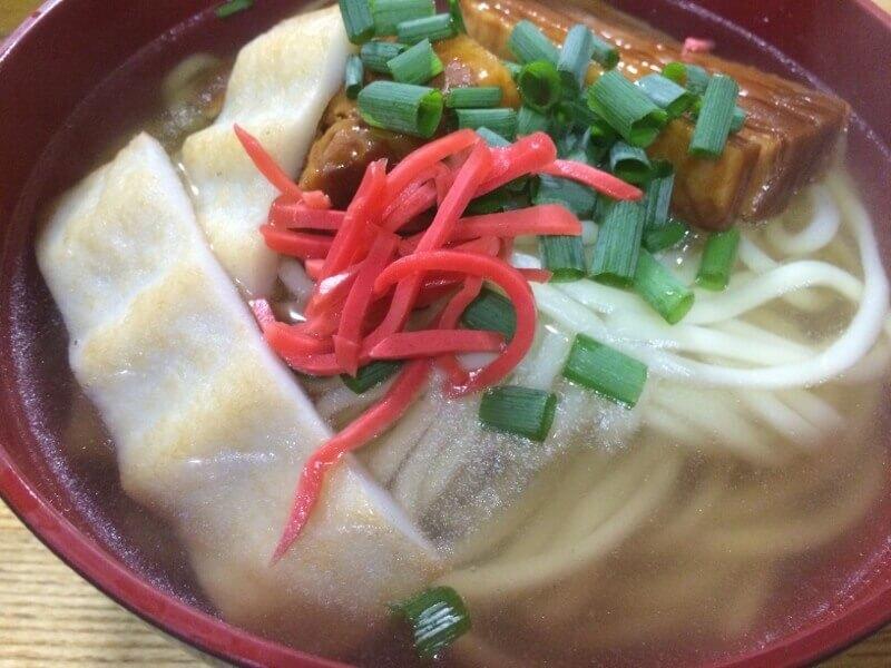 鎌倉ハムの豚角煮を入れて食べる宮古そば