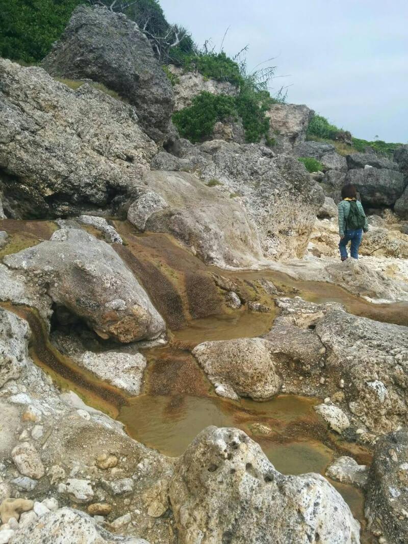 岩場が続く石灰華段への道