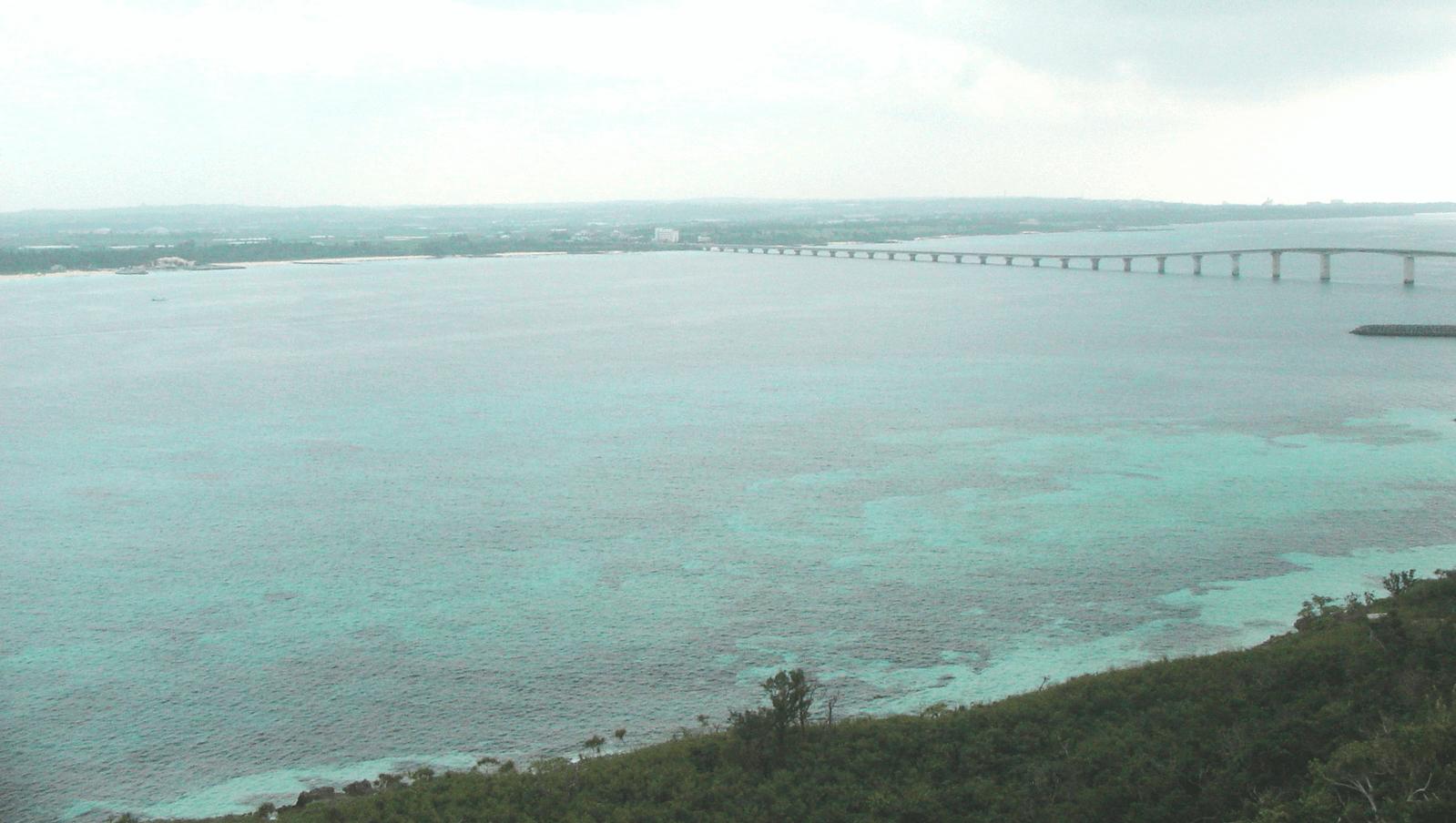 竜宮城展望台から海にかかる来間大橋を観る
