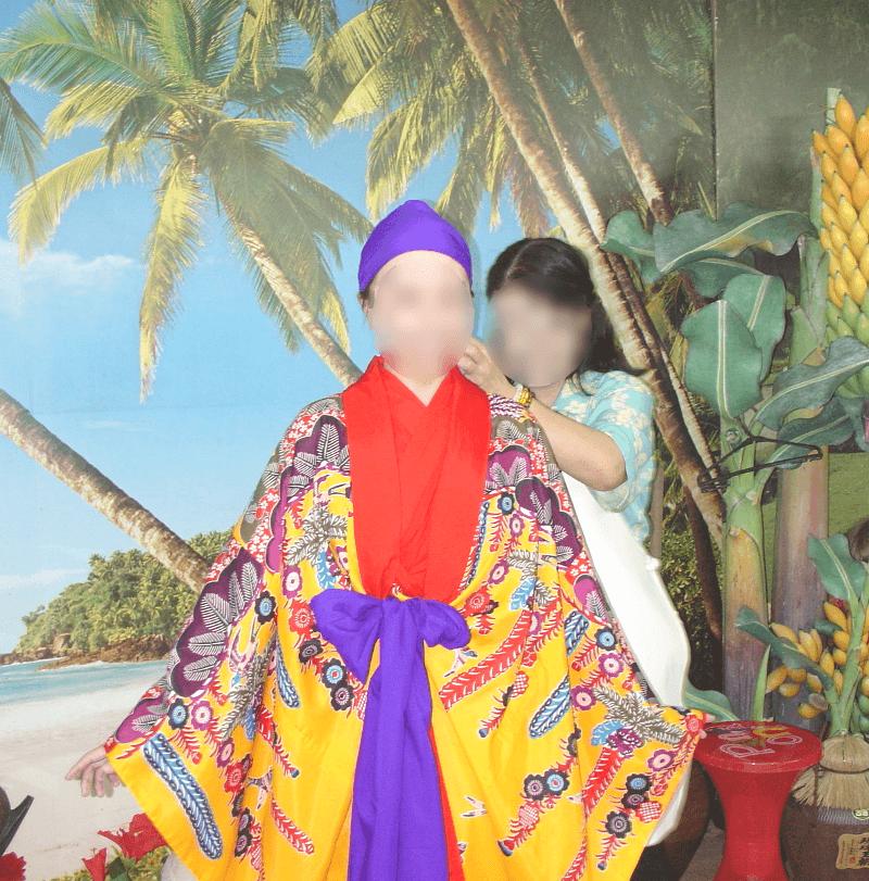 琉装(沖縄の伝統衣装)に着替えさせてもらっているところ(女性編)