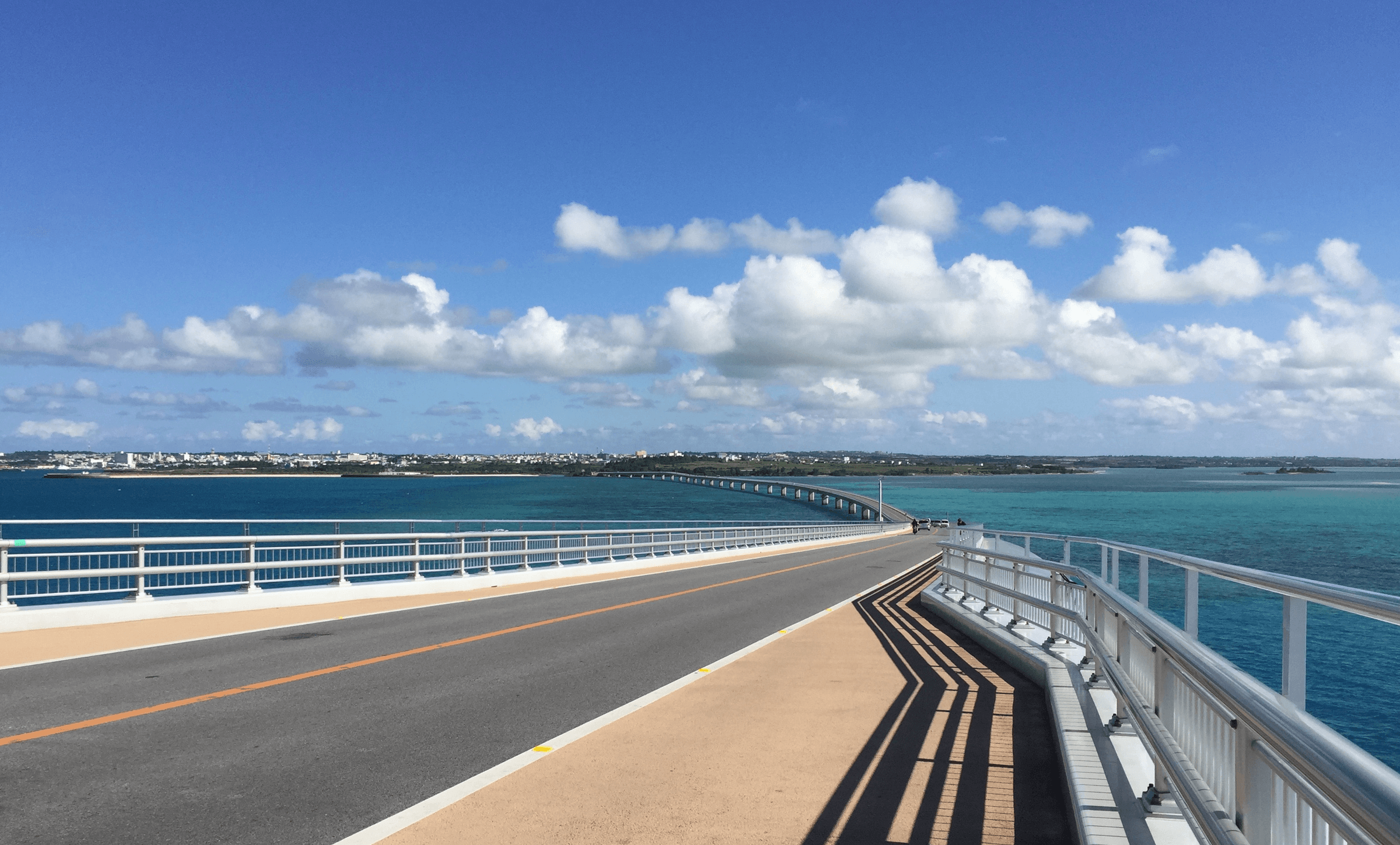 伊良部大橋の上で宮古島を振り返る