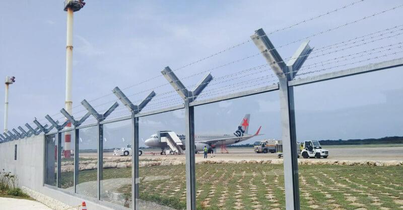 駐機場に見えるジェットスターの飛行機