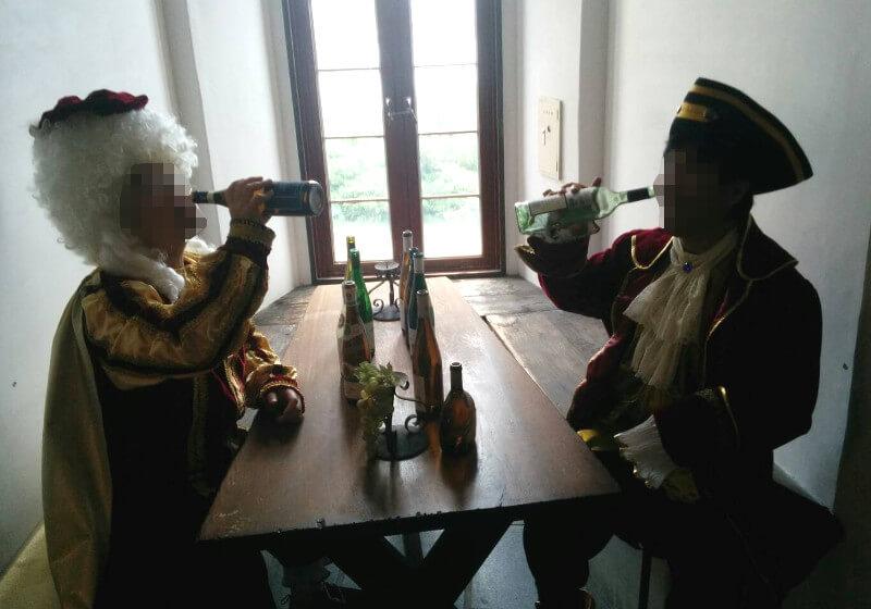 アルコールが並べられたテーブルで記念撮影