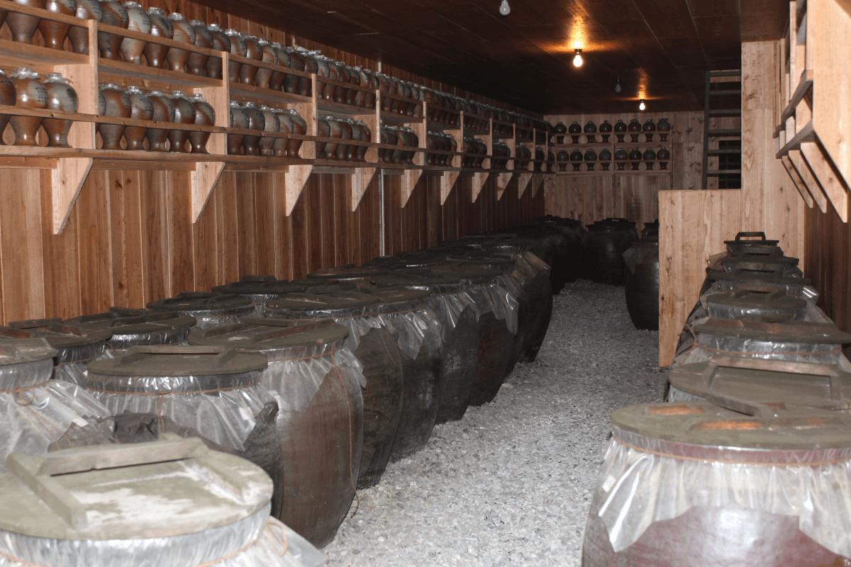 宮古島へ行くなら、宮古島のお酒・泡盛の蔵本「多良川」を見学してみよう!〜全国各地から多良川を訪れた人たちが貯蔵してる泡盛の壺