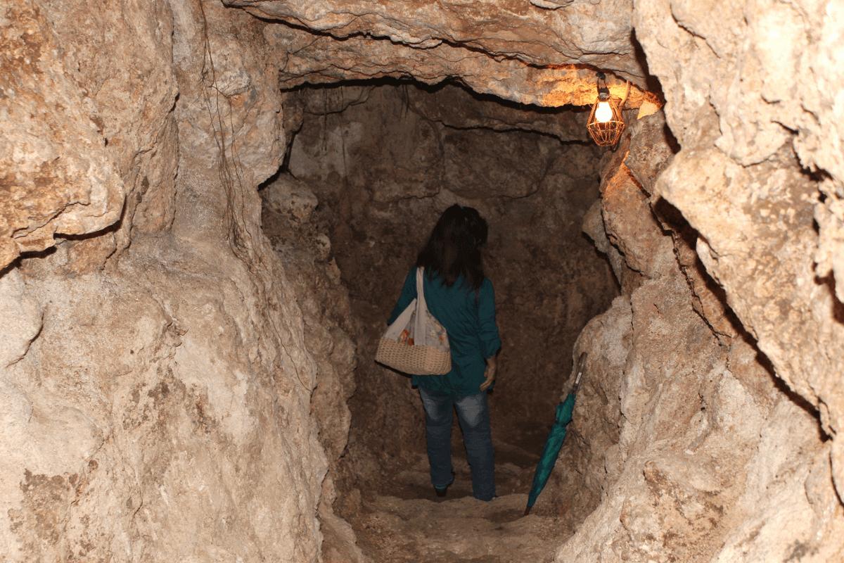 宮古島へ行くなら、宮古島のお酒・泡盛の蔵本「多良川」を見学してみよう!〜多良川の泡盛貯蔵庫への入口通路