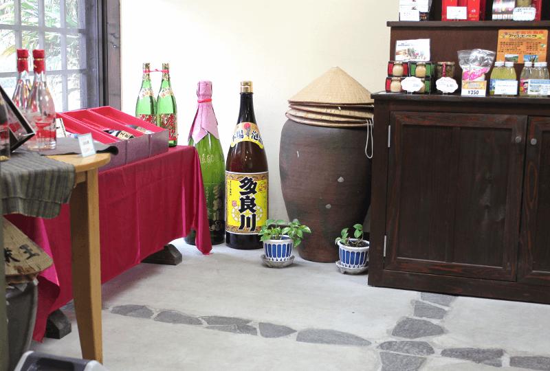 宮古島へ行くなら、宮古島のお酒・泡盛の蔵本「多良川」を見学してみよう!〜多良川の受付事務所にて