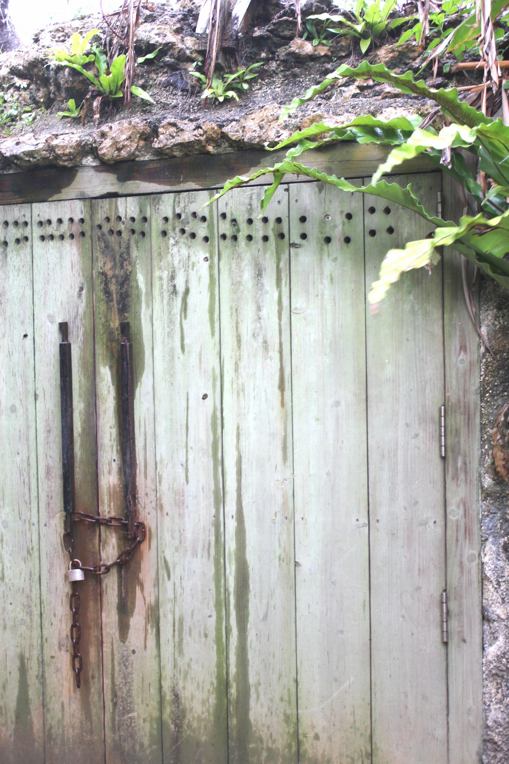 宮古島へ行くなら、宮古島のお酒・泡盛の蔵本「多良川」を見学してみよう!〜多良川・貯蔵庫の外扉はかなり年季の入った感じ