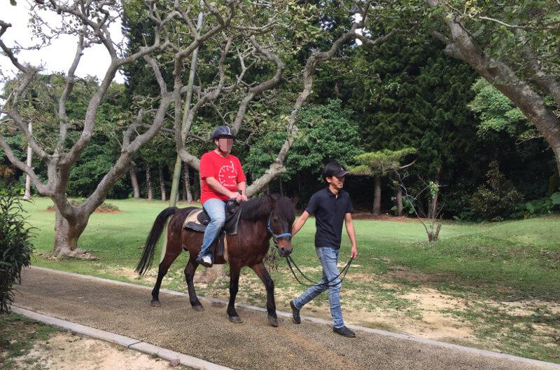 宮古馬に乗って、園内を引き馬で回ってるところ