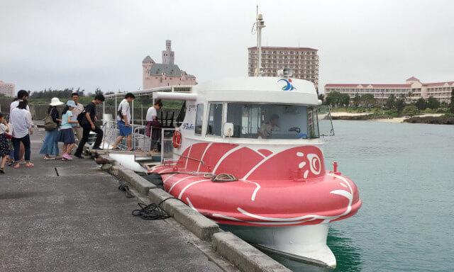 宮古島の水中観光船シースカイ乗船入り口で列を作る観光客