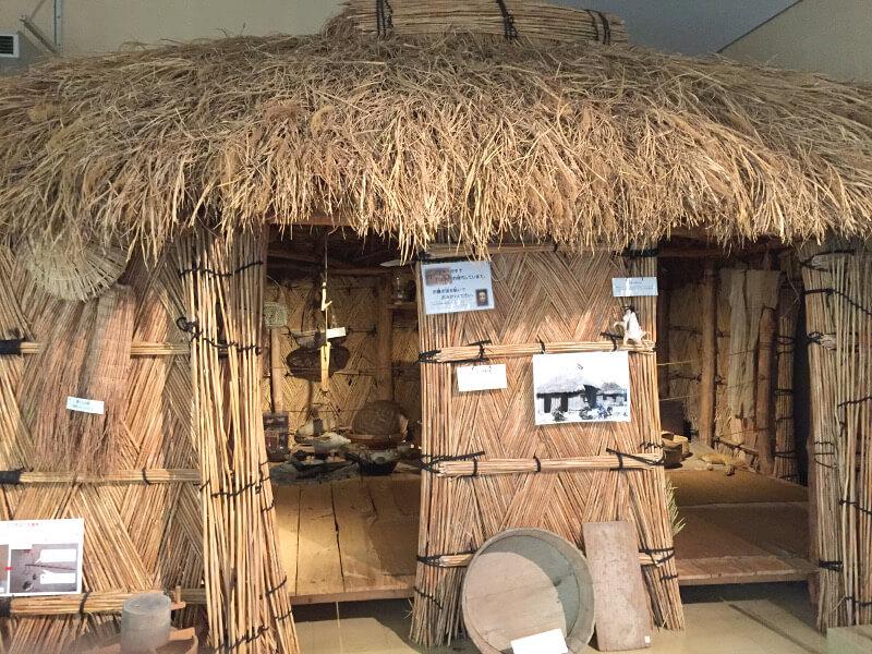 昔の宮古島のかやぶき屋根の家