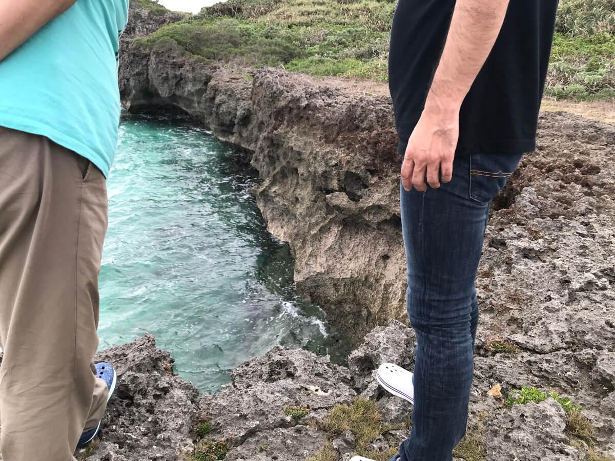 宮古島の観光スポット、池間ブロックで断崖絶壁を覗く