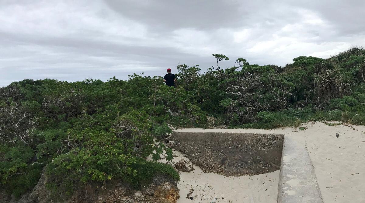 宮古島の観光スポット、池間ブロックの脇へ入る