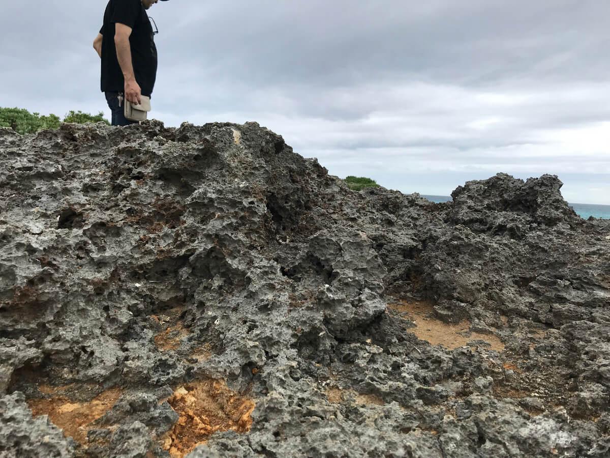 宮古島の観光スポット、池間ブロックの高低差もあり歩きにくい岩場