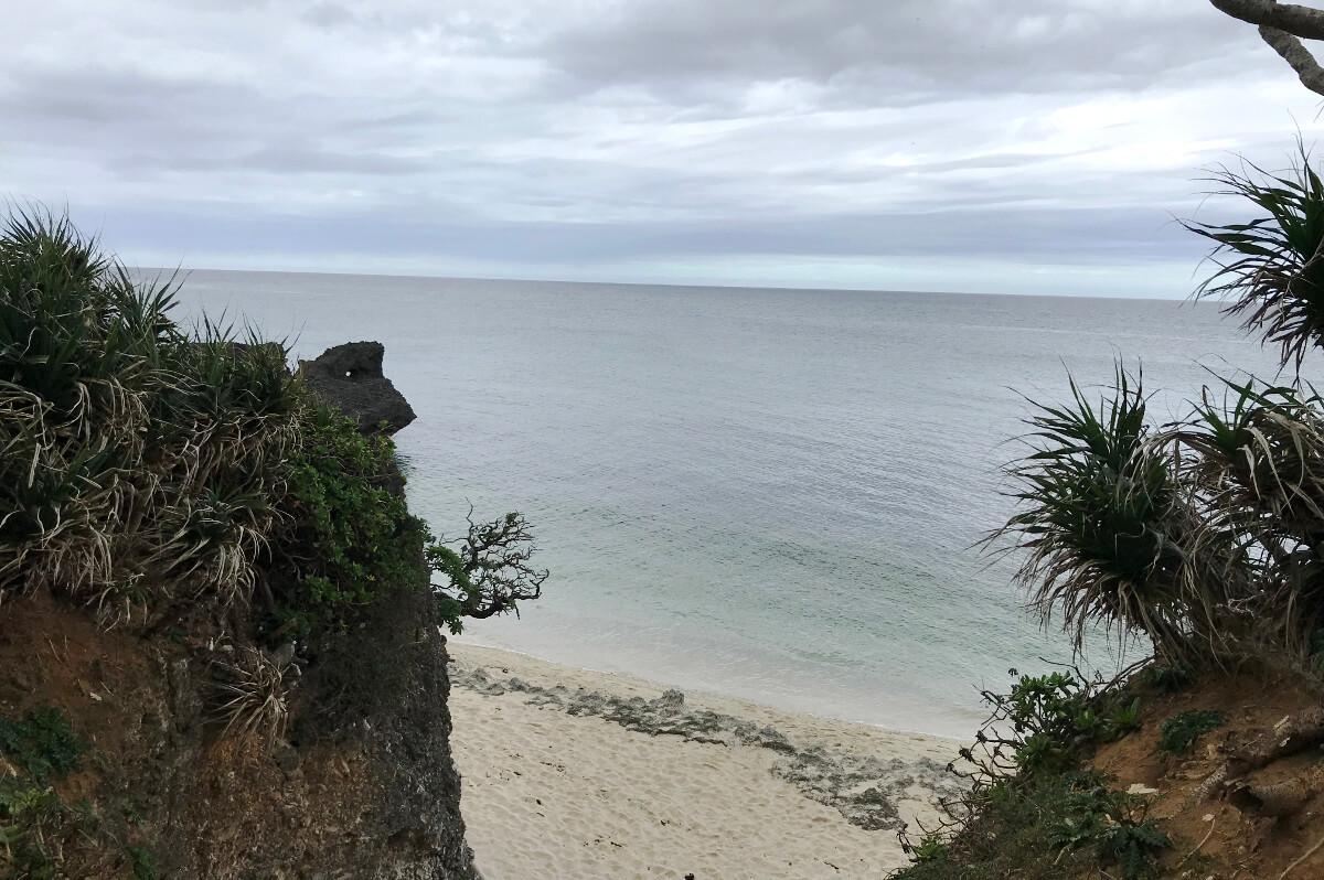 宮古島の観光スポット、池間ロープの奥に広がる海