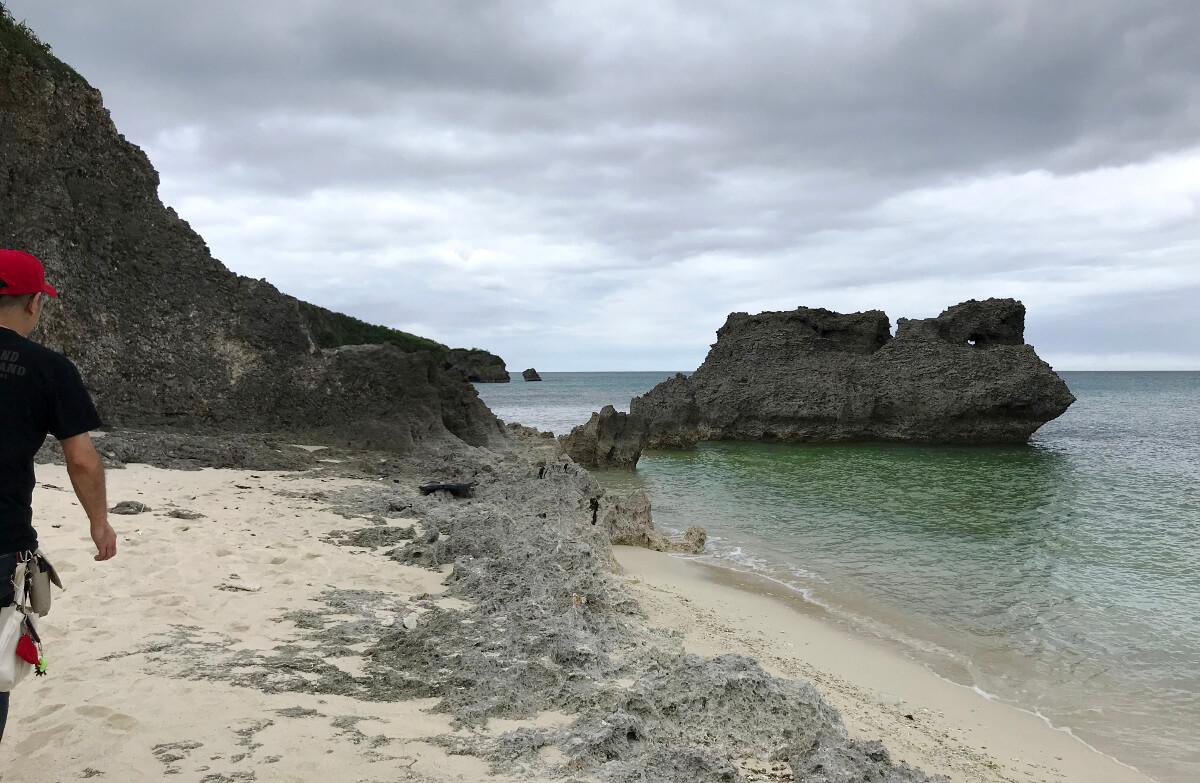 宮古島の観光スポット、池間ロープの崖から降りて左側に広がる風景
