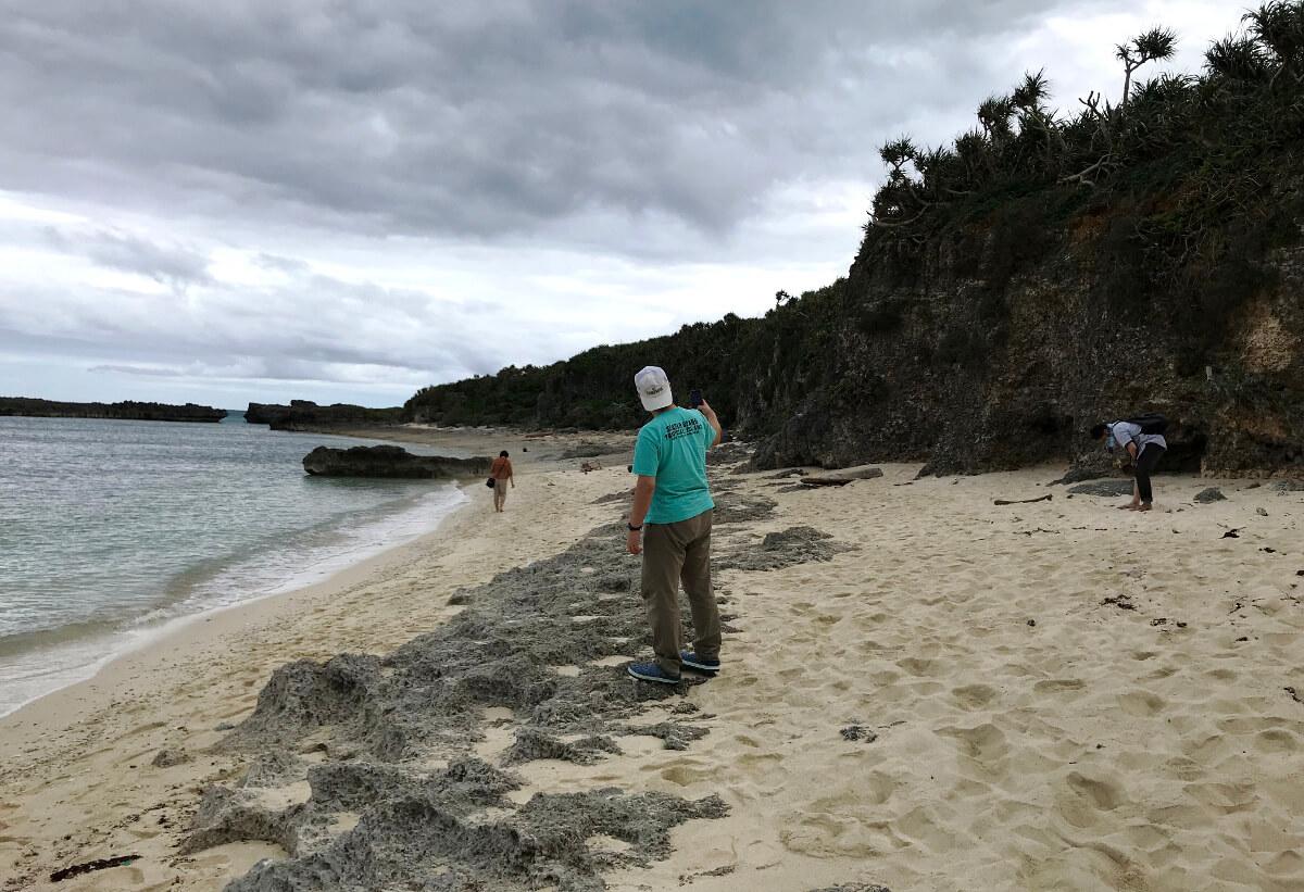 宮古島の観光スポット、池間ロープの崖から降りて右側に広がる風景