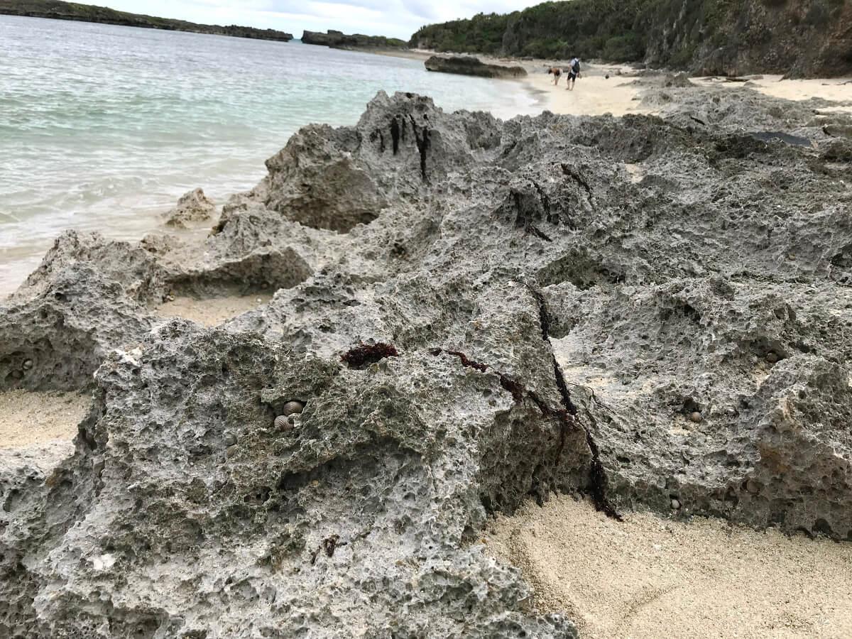 宮古島の観光スポット、池間ロープのゴツゴツした岩場