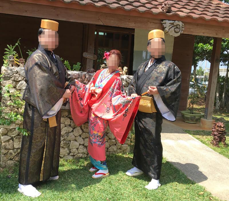 琉球衣装体験をした建物のそばで記念写真