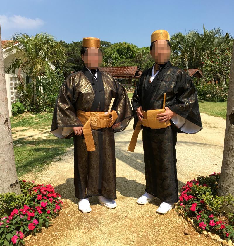 琉球衣装の男性版で記念写真