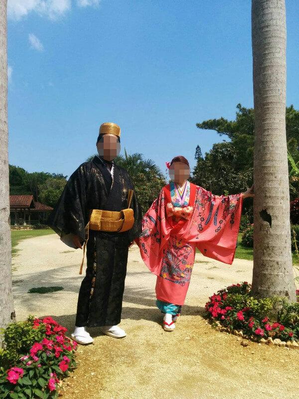 部屋に飾っている琉球衣装の写真