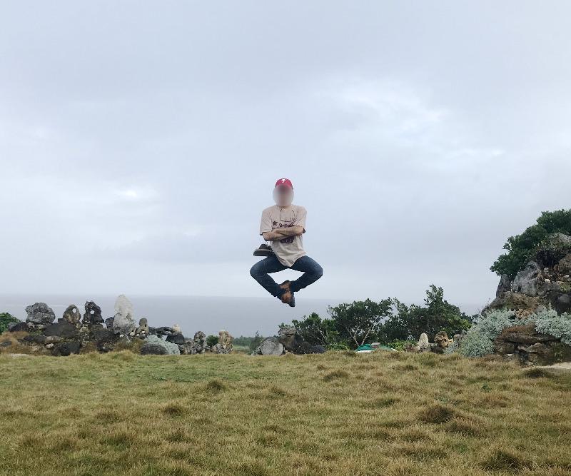 宮古島の天海山石庭で空中浮遊