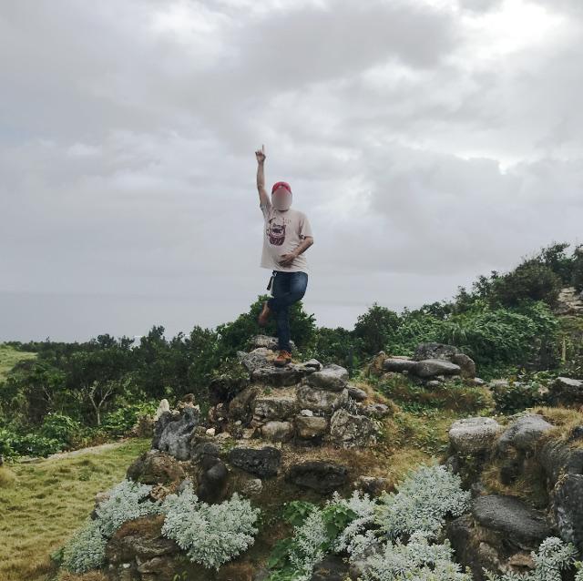 宮古島の天海山石庭で天上天下唯我独尊のポーズ