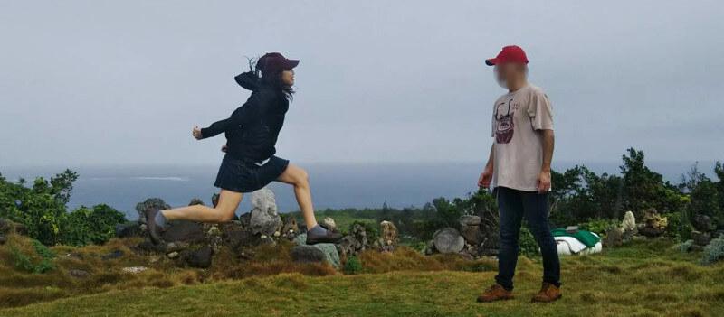 宮古島の天海山石庭で向き合ってジャンプ
