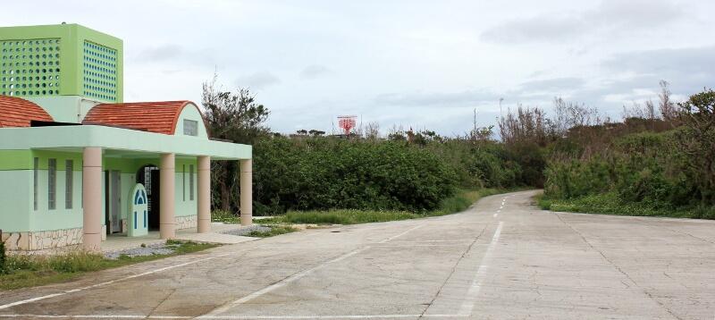 宮古島通り池の入口にある駐車場とトイレ