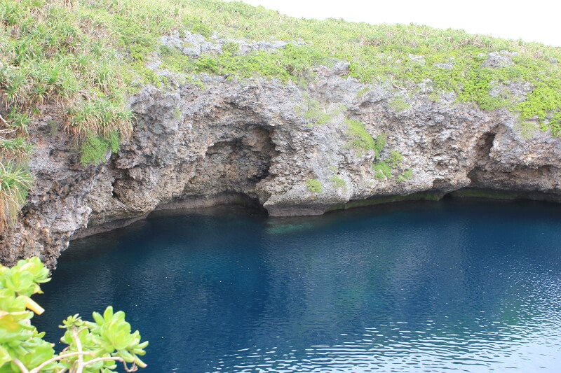 宮古島通り池の濃くて深い青の水面