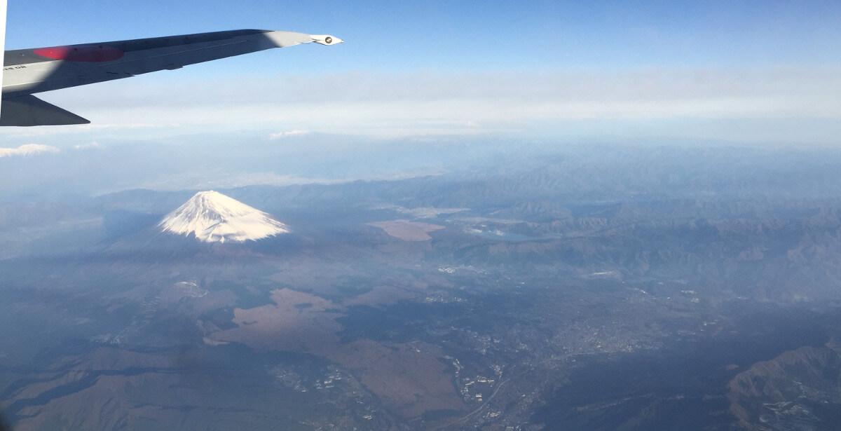 宮古島への直行便で上空から見た富士山と近くの町並みの写真