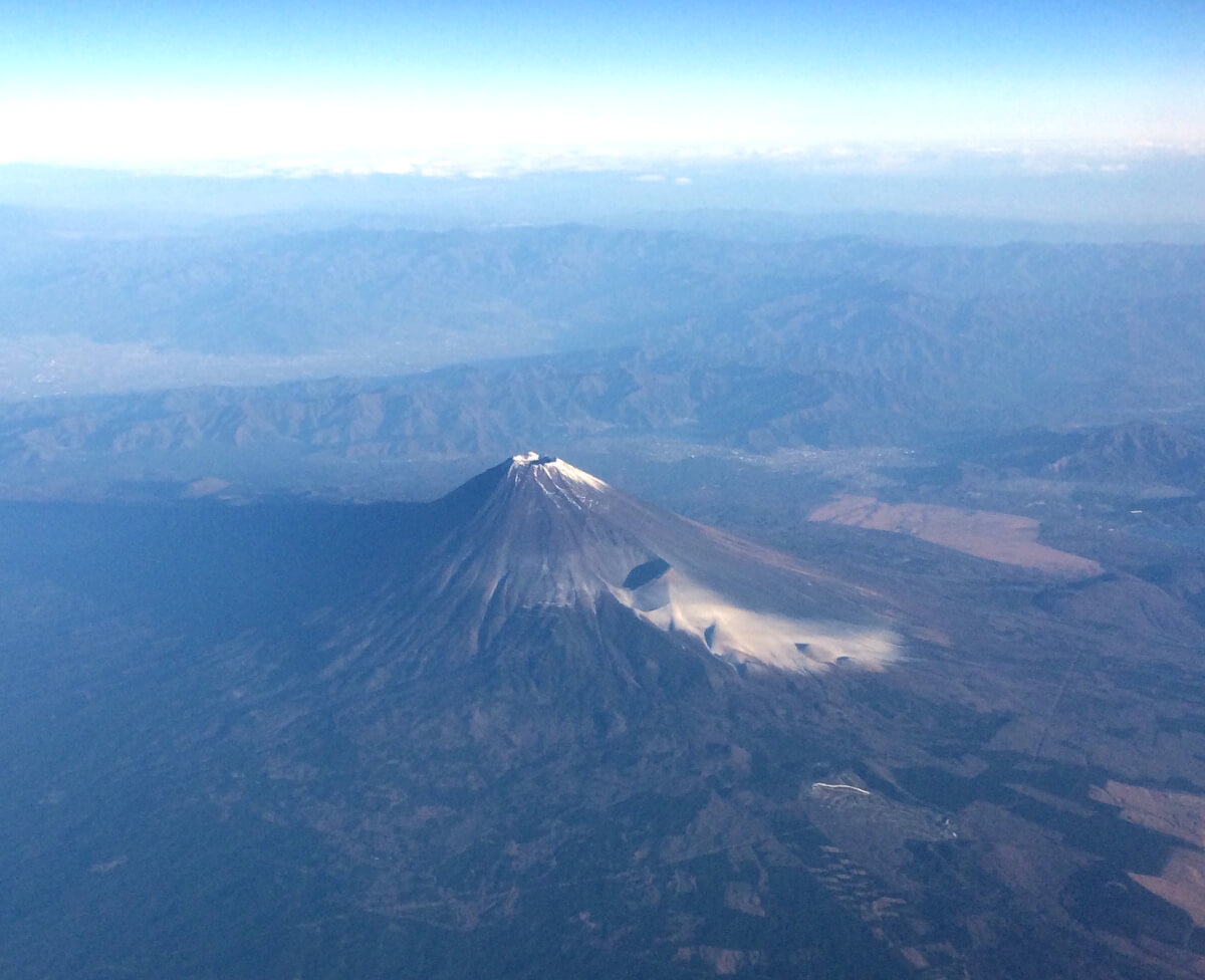 宮古島への直行便で上空から見た富士山の写真(1)