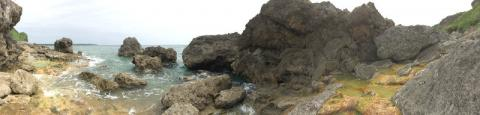 宮古島のディープな観光スポット石灰華段への入口付近の海岸