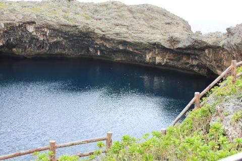 伊良部大橋を渡った先にある、宮古島の有名な観光スポット通り池