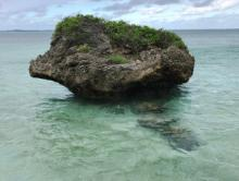 大神島の海と奇岩(巨岩)の風景
